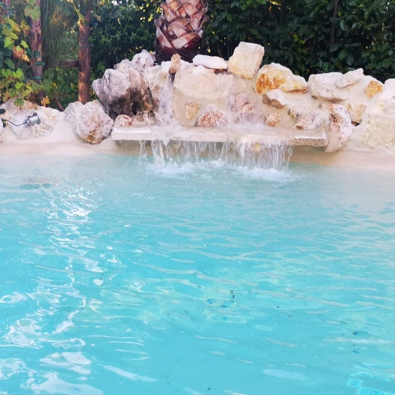 cascata in una piscina ecocompatibile
