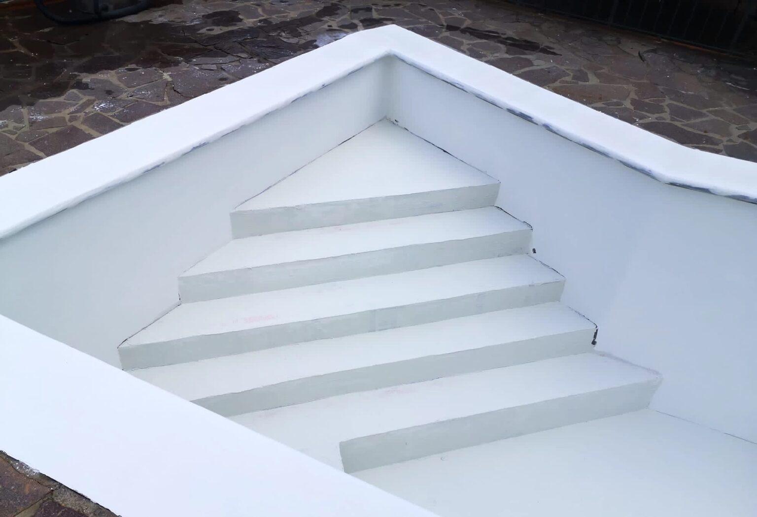 scale di una vecchia piscina ripristinate